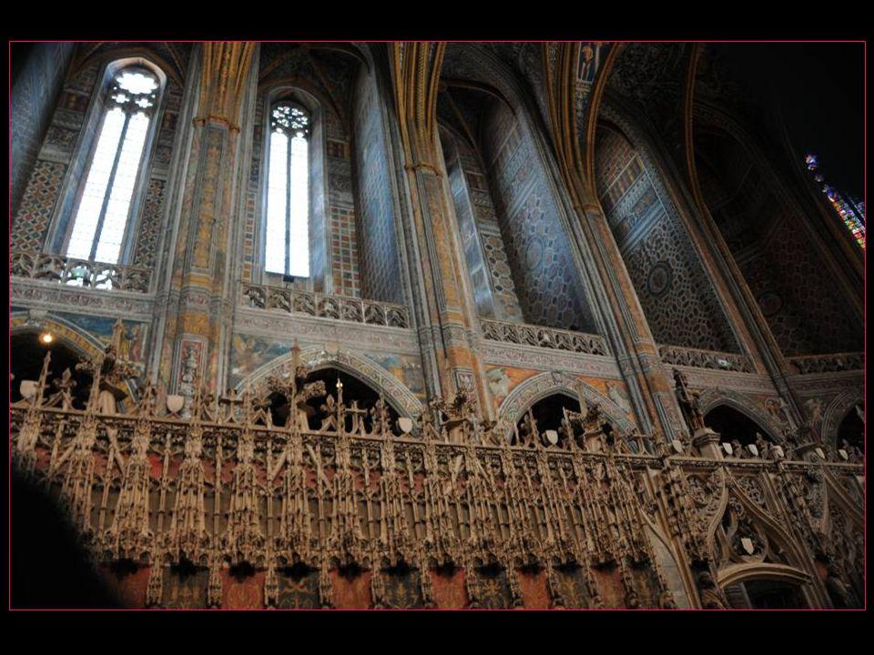Des artistes français sculptent en gothique flamboyant le jubé et la clôture du chœur ( 1475 – 1484 )