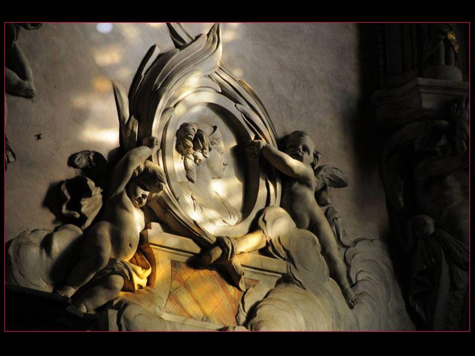 Le statuaire de Sainte-Cécile forme un ensemble peut-être le plus important de la sculpture française de la fin du Moyen-Age : 87 statues façade externe Jubé, 33 personnages Ancien Testament au pourtour du chœur, 15 statues figurant lEglise à lintérieur, 72 statues danges dominant les deux portes dentrée de la clôture