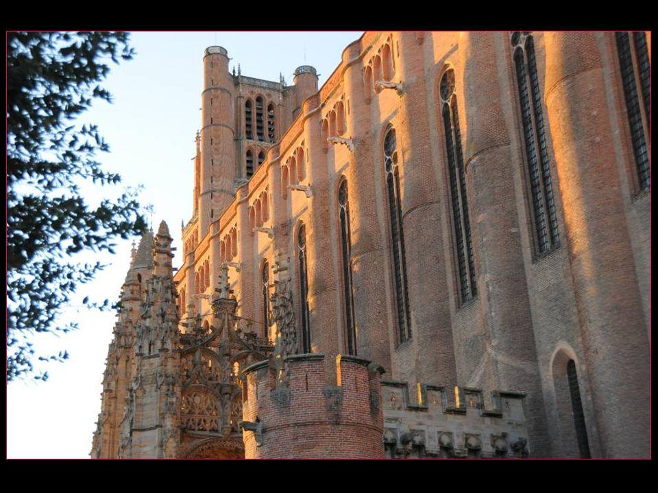 Installée sur les hauteurs de la ville, comme sur un socle, la cathédrale Sainte-Cécile est le témoignage de la foi chrétienne après lhérésie cathare