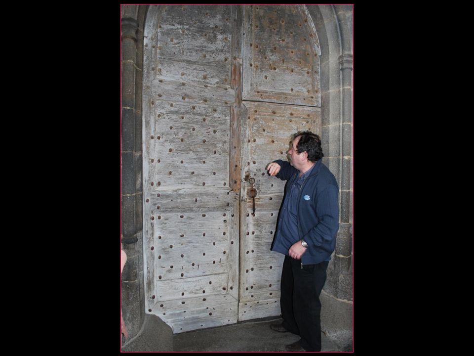 selon notre guide Tony la porte dentrée est spécialement haute afin de permettre aux chevaliers dentrer…???
