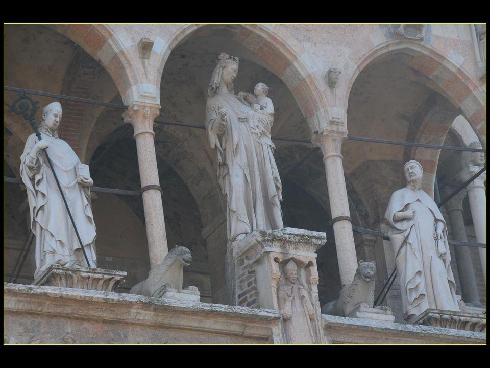 Les statues sur la loggia supérieure, qui représente la Vierge à lenfant et deux évêques, sont de lécole toscane ( 1310 )