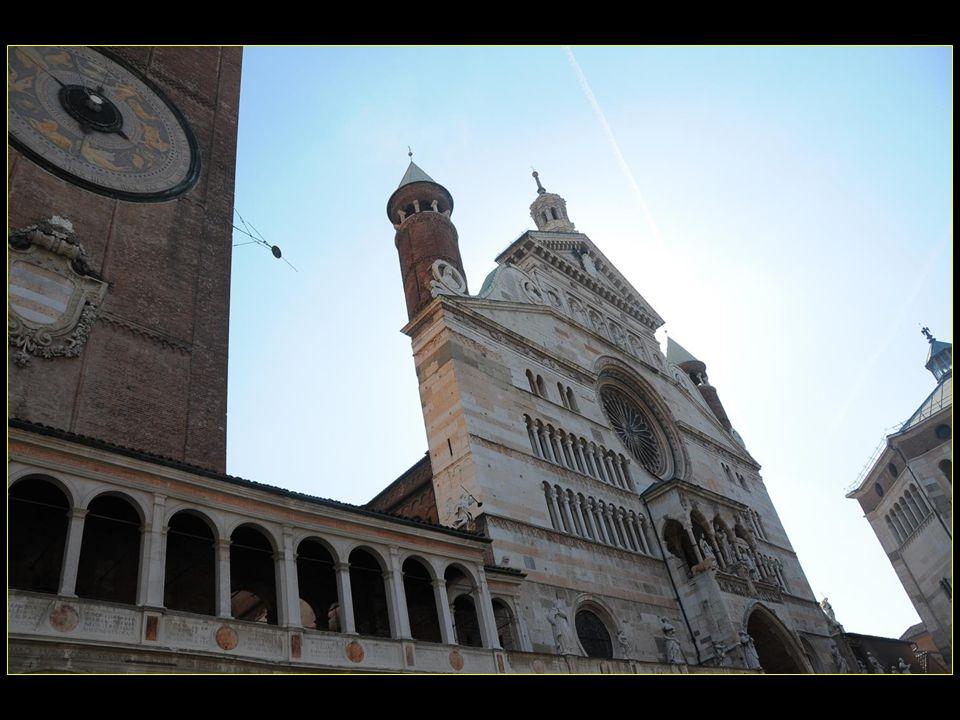 La cathédrale de Crémone est située sur le point culminant de la ville surplombant la Piazza del Comune