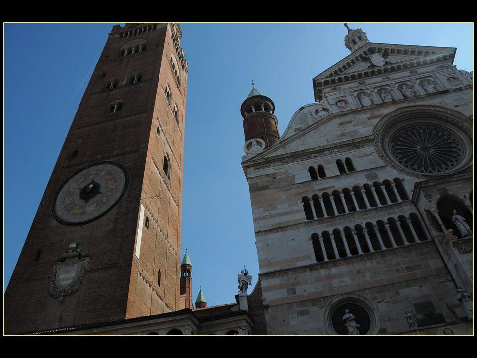 Le clocher campanile du Duomo est le célèbre Torazzo symbole de la ville
