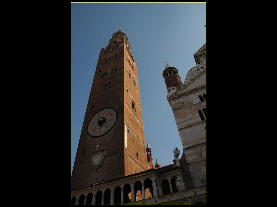 Le Torazzo di Cremona est le campanile de la cathédrale et avec ses 112,7 mètres de haut il constitue le deuxième campanile le plus haut du monde construit en briques