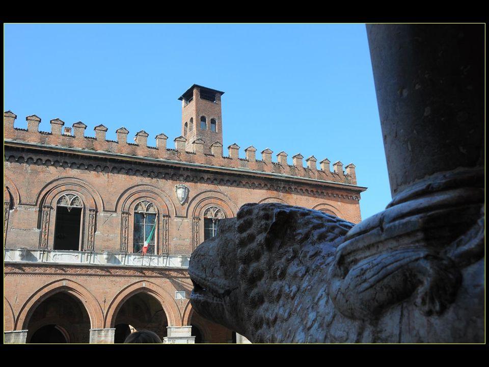 LHôtel de ville Palazzo comunale a été fondé en 1206.