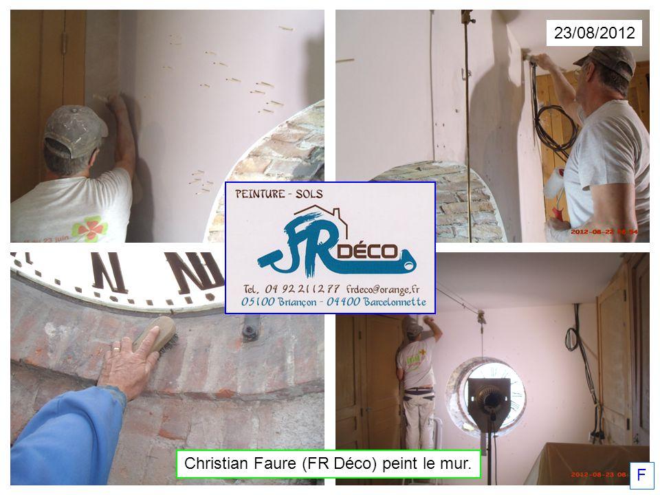Christian Faure (FR Déco) peint le mur. F 23/08/2012