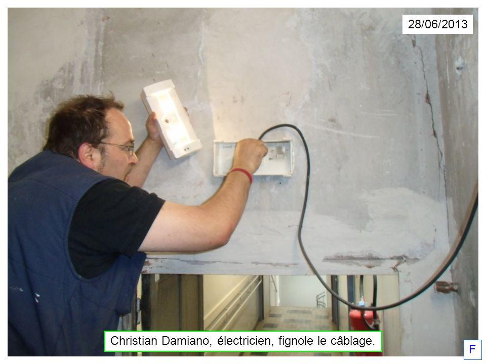 28/06/2013 Christian Damiano, électricien, fignole le câblage. F