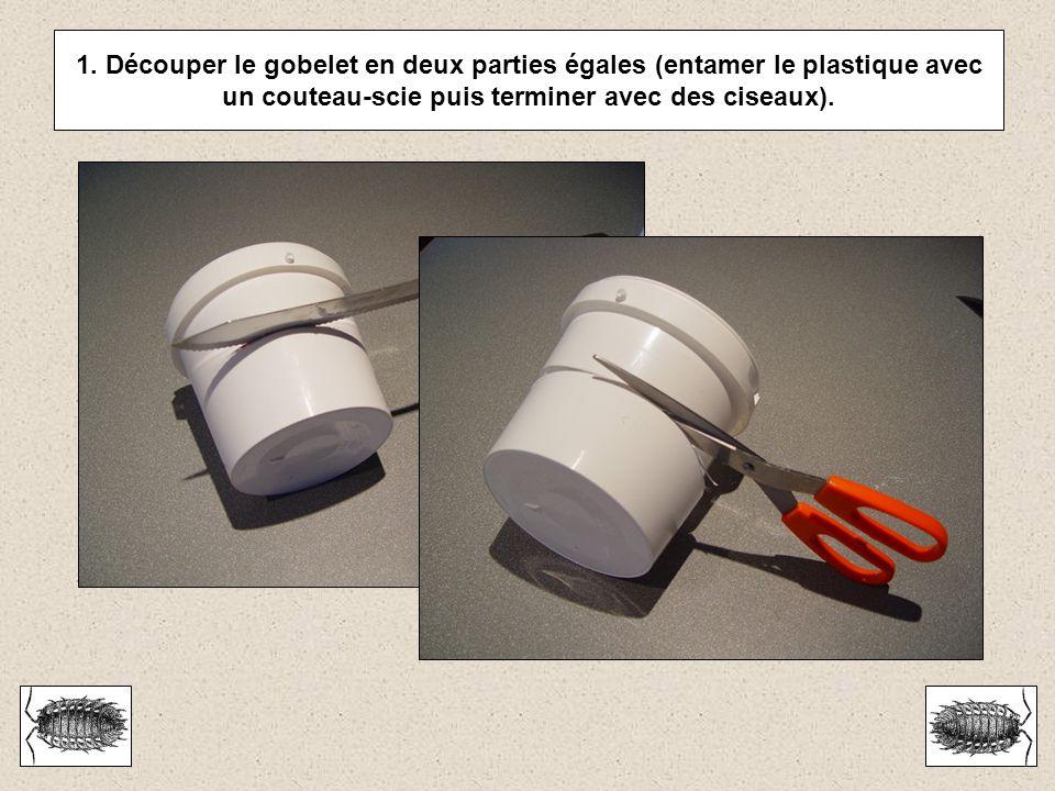 1. Découper le gobelet en deux parties égales (entamer le plastique avec un couteau-scie puis terminer avec des ciseaux).