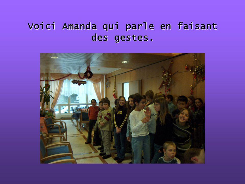 Voici Amanda qui parle en faisant des gestes.