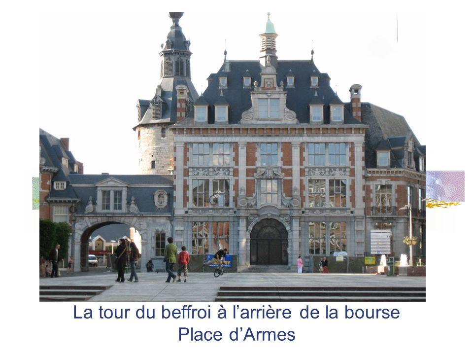 La tour du beffroi à larrière de la bourse Place dArmes