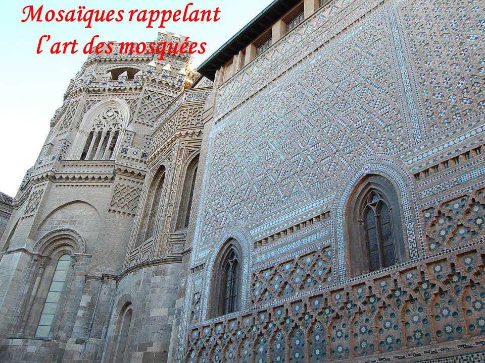 La cathédrale de San Salvador de Saragosse est la deuxième grande église de la ville, comme la basilique cathédrale notre dame du Pilar, elle est cons