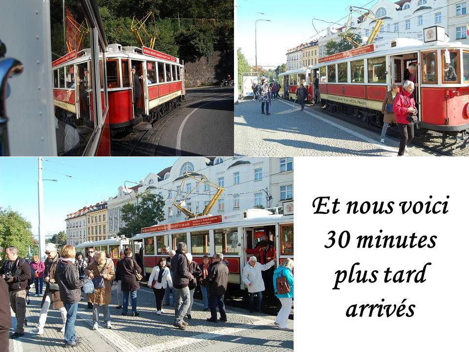 Une belle surprise : Sarka a commandé un tramway dépoque pour nous conduire au quartier Hradcany – château de Prague