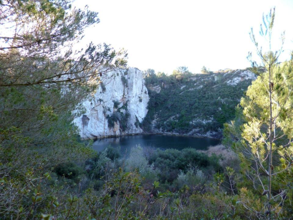 Les falaises se trouvent ici à l intérieur des terres.