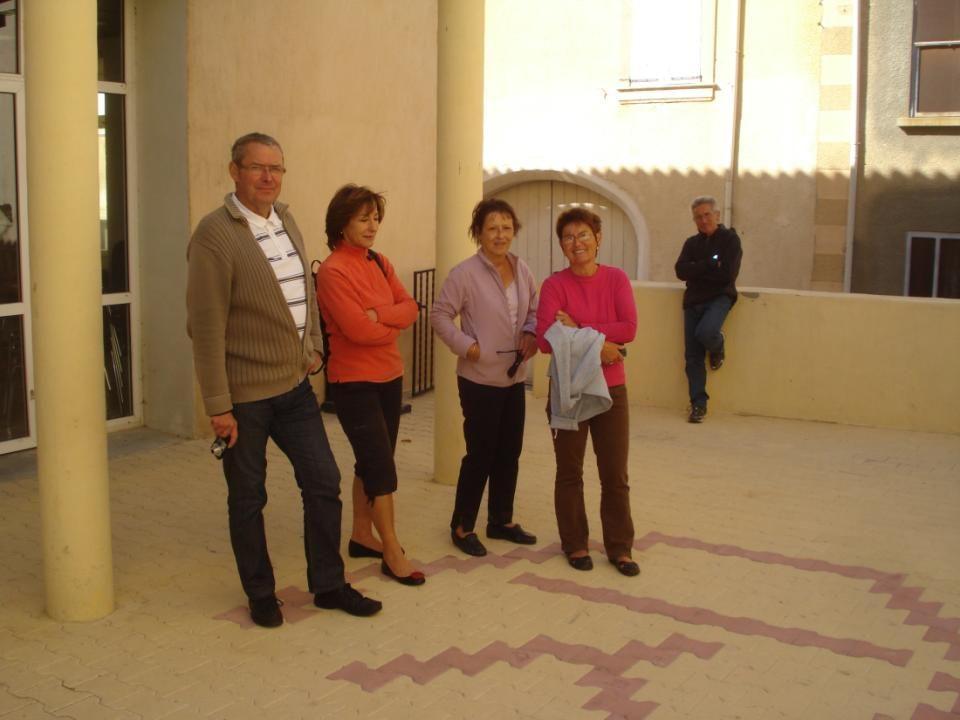 Pour décorer le mur de la cour, le maire a tout naturellement eu l idée de représenter la cour de l école d antan.