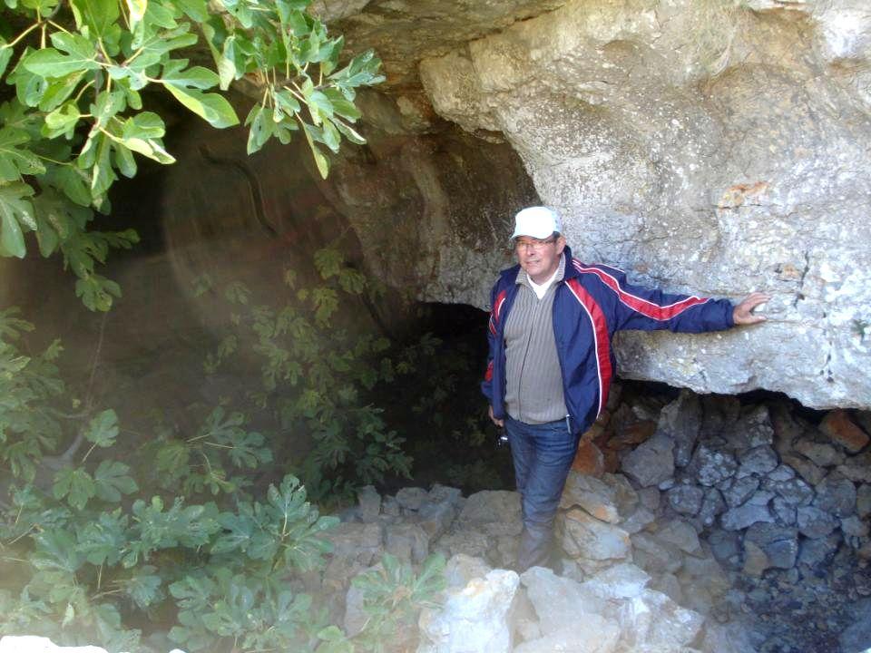Entrée dune grotte qui doit être chargée dhistoire…..
