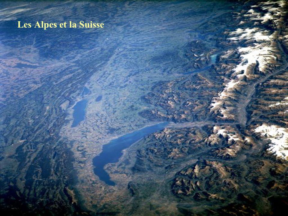 Spectaculaire.Photo satellite de lEurope et de lAfrique la nuit, un jour sans nuages.