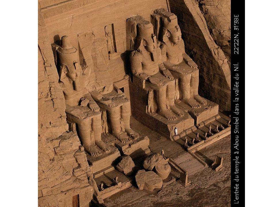 La paille est bottelée par un fellah dans la vallée du Nil. 30°49N, 30°28E