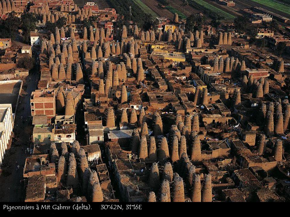 Lentrée du temple à Abou Simbel dans la vallée du Nil. 22°22N, 31°38E