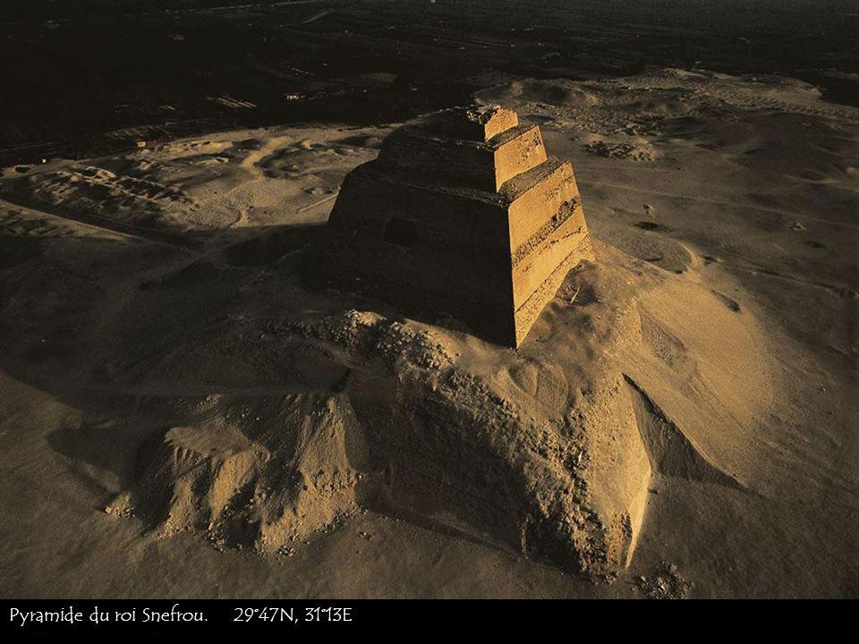 Pyramide de Sesostris II à El-Lahun, au sud de Fayoum. 29°17N, 30°50E