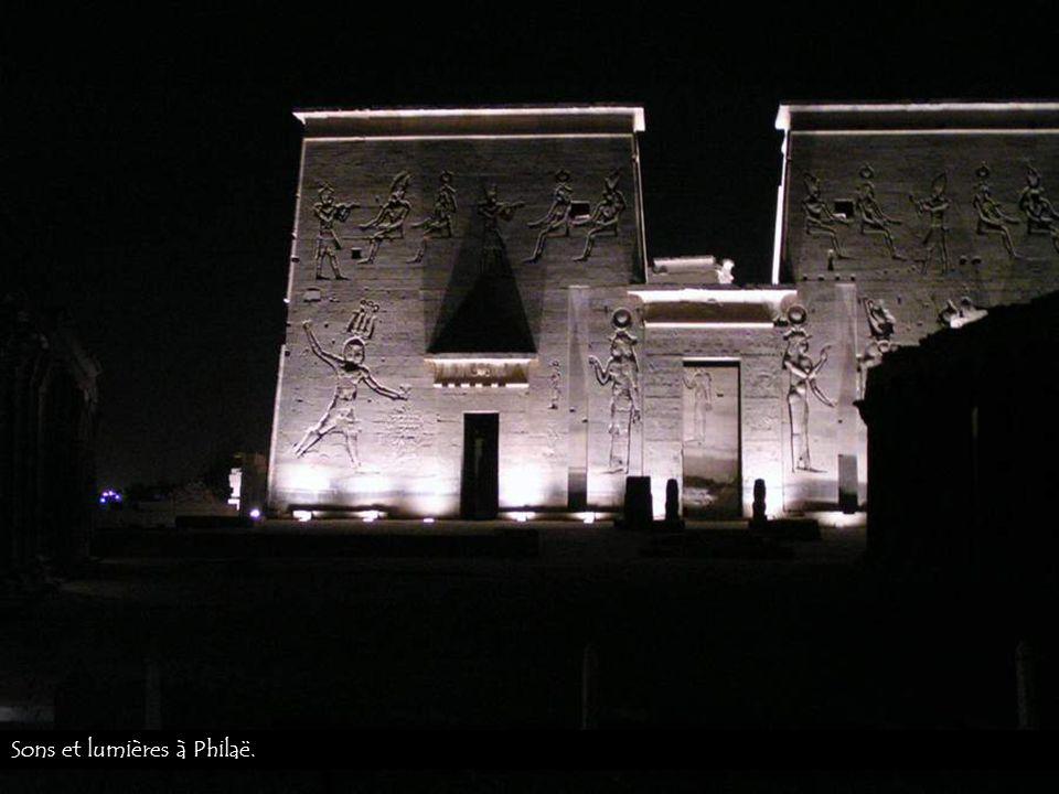 Le temple de Philaë dédié à Isis près dAssouan. 24°03N, 32°48E