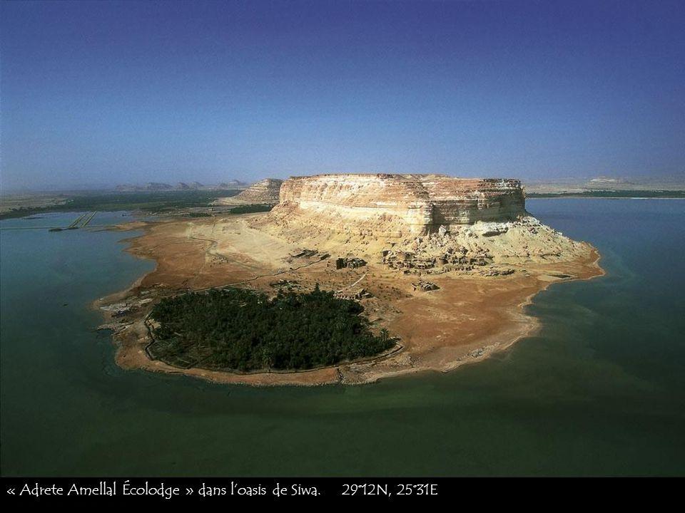 Ruines de la citadelle médiévale de Shali dans la ville de Siwa. 29°12N, 25°31E