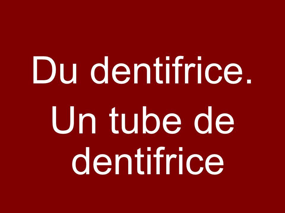 Du dentifrice. Un tube de dentifrice