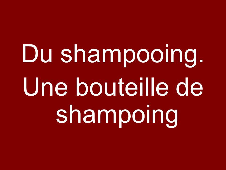 Du shampooing. Une bouteille de shampoing