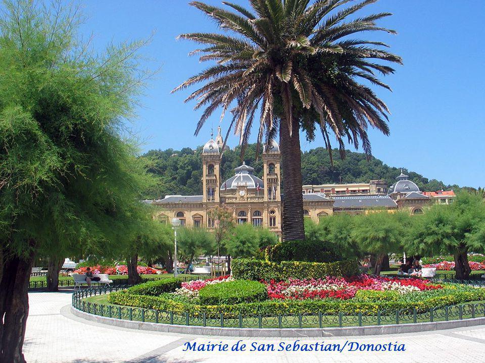 San Sebastian/Donostia. La ville de St-Sébastien est bâtie autour d'une baie de sable blanc située entre les monts Urgull et Igeldo. Le port de pêche,