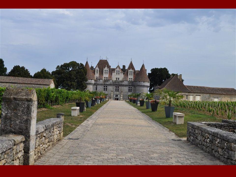CHATEAU DE MONBAZILLAC Monument historique classé du XVIème siècle Vers 1550, le château est construit d un seul jet par Charles d Aydie sur un plan très simple : un rectangle cantonné aux angles de quatre grosses tours circulaires.