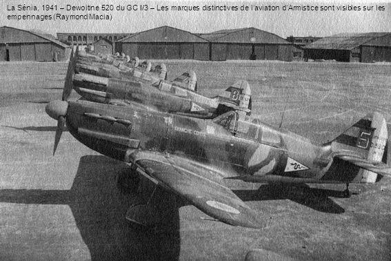 La Sénia, 1941 – Dewoitine 520 du GC I/3 – Les marques distinctives de laviation dArmistice sont visibles sur les empennages (Raymond Macia)