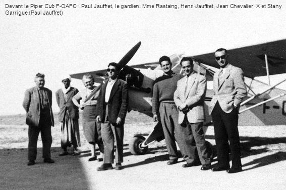 Devant le Piper Cub F-OAFC : Paul Jauffret, le gardien, Mme Rastaing, Henri Jauffret, Jean Chevalier, X et Stany Garrigue (Paul Jauffret)