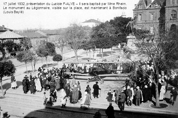 17 juillet 1932, présentation du Luciole F-ALYE – Il sera baptisé par Mme Rheim. Le monument au Légionnaire, visible sur la place, est maintenant à Bo