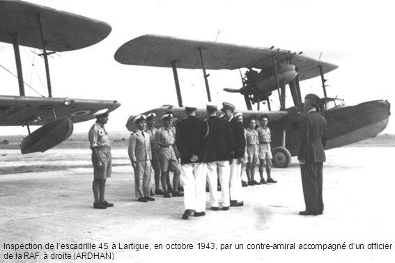 Inspection de lescadrille 4S à Lartigue, en octobre 1943, par un contre-amiral accompagné dun officier de la RAF à droite (ARDHAN)