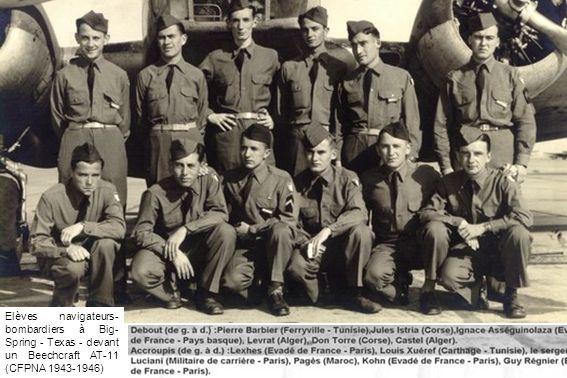 Elèves navigateurs- bombardiers à Big- Spring - Texas - devant un Beechcraft AT-11 (CFPNA 1943-1946)