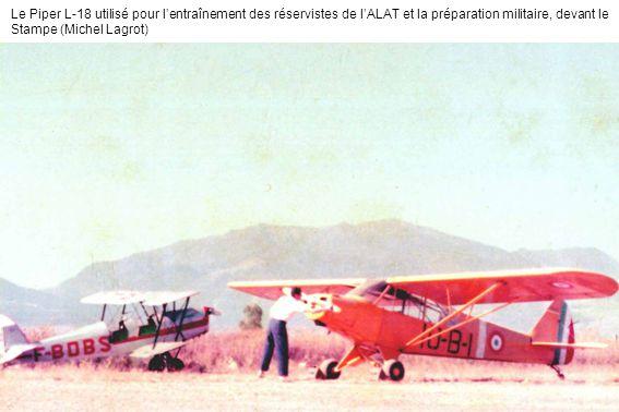 Le Piper L-18 utilisé pour lentraînement des réservistes de lALAT et la préparation militaire, devant le Stampe (Michel Lagrot)