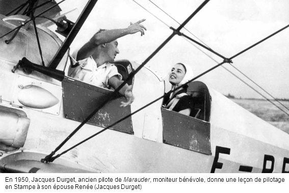 En 1950, Jacques Durget, ancien pilote de Marauder, moniteur bénévole, donne une leçon de pilotage en Stampe à son épouse Renée (Jacques Durget)