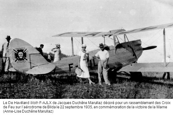 Le De Havilland Moth F-AJLX de Jacques Duchêne Marullaz décoré pour un rassemblement des Croix de Feu sur laérodrome de Blida le 22 septembre 1935, en