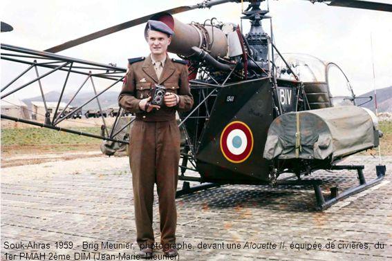 Souk-Ahras 1959 - Brig Meunier, photographe, devant une Alouette II, équipée de civières, du 1er PMAH 2ème DIM (Jean-Marie Meunier)