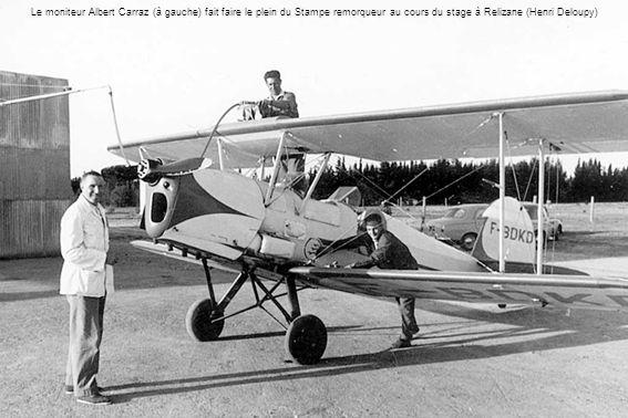 En 1958, le Stampe remorqueur avec le chef-pilote Johanès Walkowiak (Walko pour les vélivoles) et le mécanicien Jean-Baptiste Lartigue (Roland Didier)