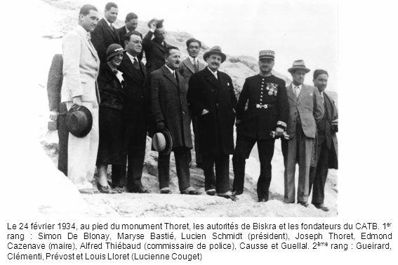 Le 24 février 1934, au pied du monument Thoret, les autorités de Biskra et les fondateurs du CATB. 1 er rang : Simon De Blonay, Maryse Bastié, Lucien