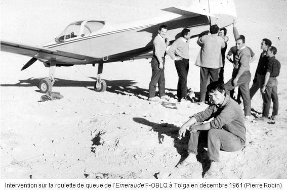 Intervention sur la roulette de queue de lEmeraude F-OBLQ à Tolga en décembre 1961 (Pierre Robin)
