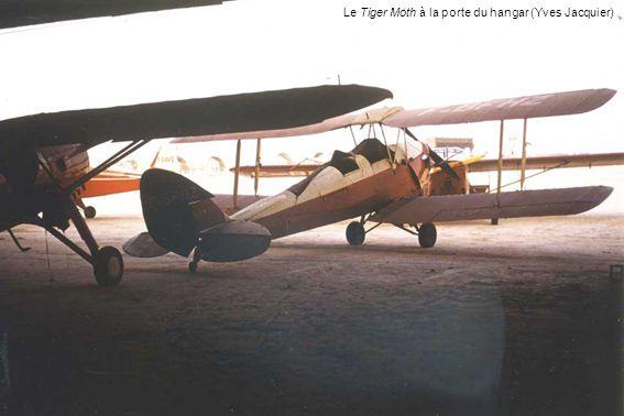 Le Tiger Moth à la porte du hangar (Yves Jacquier)