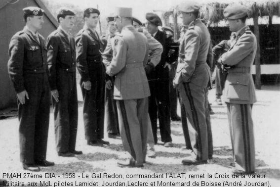 PMAH 27ème DIA - 1958 - Le Gal Redon, commandant lALAT, remet la Croix de la Valeur Militaire aux MdL pilotes Lamidet, Jourdan,Leclerc et Montemard de Boisse (André Jourdan),