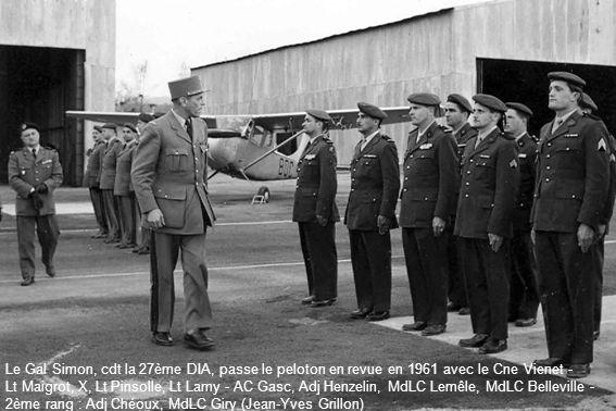 Le Gal Simon, cdt la 27ème DIA, passe le peloton en revue en 1961 avec le Cne Vienet - Lt Maigrot, X, Lt Pinsolle, Lt Lamy - AC Gasc, Adj Henzelin, MdLC Lemêle, MdLC Belleville - 2ème rang : Adj Chéoux, MdLC Giry (Jean-Yves Grillon)