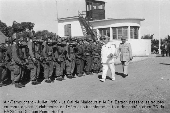 Aïn-Témouchent - Juillet 1956 - Le Gal de Maricourt et le Gal Bertron passent les troupes en revue devant le club-house de lAéro-club transformé en tour de contrôle et en PC du PA 29ème DI (Jean-Pierre Rudin)