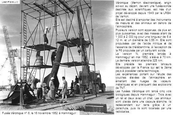Hammaguir, le 23 février 1960 – Léquipe dEtienne et Arlette Vassy, du Laboratoire de physique de la faculté des Sciences de Paris, avec ses instruments de mesure et dobservation, avant le lancement de Véronique (SHD)