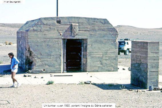 Un bunker vu en 1980, portant linsigne du Génie saharien (Yvan Baumgarten)