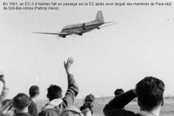 En 1961, un DC-3 dAérotec fait un passage sur la DZ après avoir largué des membres du Para-club de Sidi-Bel-Abbès (Patrice Weiss)
