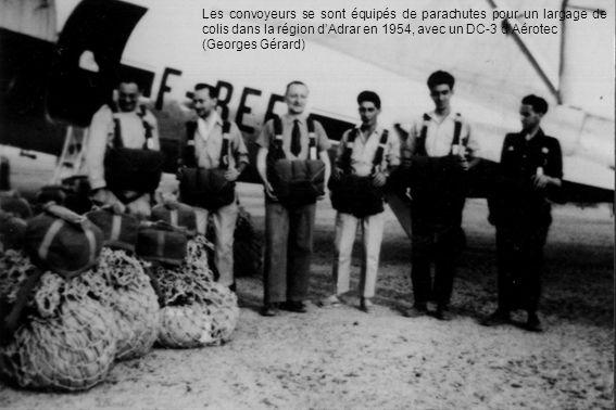 Les convoyeurs se sont équipés de parachutes pour un largage de colis dans la région dAdrar en 1954, avec un DC-3 dAérotec (Georges Gérard)