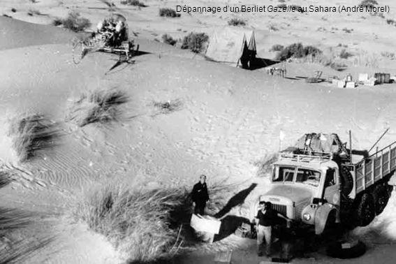 Dépannage dun Berliet Gazelle au Sahara (André Morel)